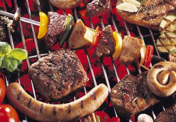 Fleisch und Würste auf Grill