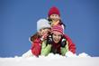 Österreich, Mädchen liegen auf Schnee, lächeln, Porträt