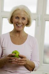 Seniorin Frau mit Apfel, lächeln, close-up, Portrait
