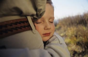 Junge umarmen Vater