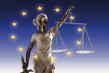 Justitia Figur auf europäischer Flagge