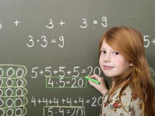Mädchen stehen und schreiben auf Tafel, Portrait, close-up