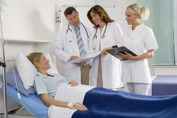 Ärzte Patient sprechen mit Krankenschwester