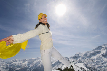 Frauglücklich in den Bergen, mit gelbem Schal, Tuch