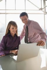 Unternehmer Geschäftsleute arbeiten Laptop, Teamarbeit