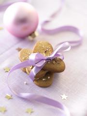 Plätzchen in Herzform mit rosa Geschenkband