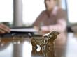 Figuren von Bulle und Bär auf dem Schreibtisch