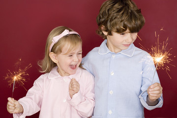 Junge und Mädchen Kleinkind halten Wunderkerzen