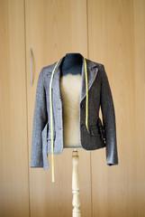 Kleiderständer vor Kleiderschrank