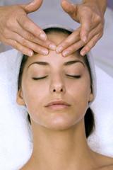 Frau jung bekommen Massage Stirn, die Augen geschlossen,