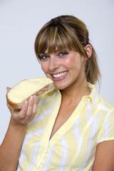 Frau jung essen Brot und Butter, Portrait, close-up