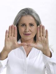 Frau, Seniorin, die Handfläche hände zeigen