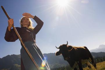 Junge Frau auf der Kuhweide, Bäuerin