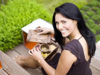 Frau mit Gewürzkiste, lächeln