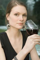 Frau trinken Rotwein