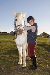 Mädchen stehen Pony, Portrait
