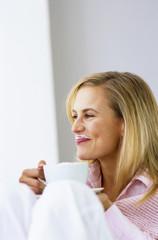 Frau mit Kaffeetasse, lächeln, Wegschauen