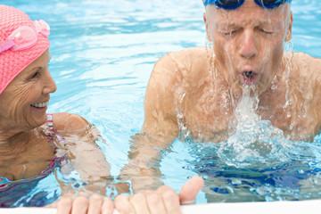 Deutschland, älteres Paar, Senioren in Schwimmbad