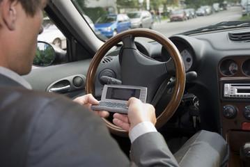 Geschäftsmann sitzen im Auto mit Handy, close-up