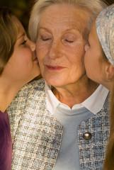 Zwei Mädchen Kind küssen Großmutter Oma close-up