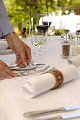 Ein Esstisch, Tisch wird eingedeckt
