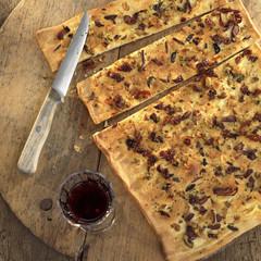 Foccaccia, Italienisch Rosmarin Brot mit Oliven, close-up