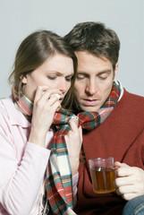 Junges Paar mitkalten Tee trinken