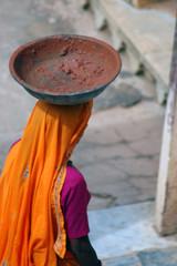 Mujer hindú con vasija de barro