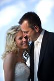 Brautpaar hält sich glücklich fest. Blauer Himmel. poster