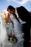 Bräutigam hält Braut leidenschaftlich fest poster