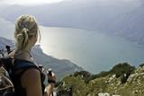 Fototapety Teenager beim Bergwandern am Gardasee