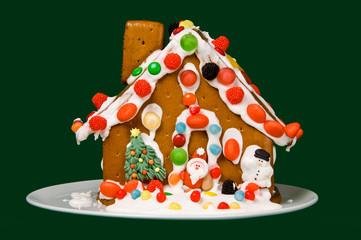 Stillleben buntes Pfefferkuchenhaus mit Figuren
