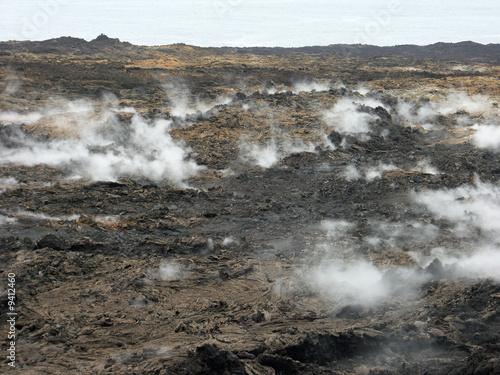 fumerolles sur champ de laves à la Réunion - 9412460