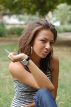 Seksowna brunetka palenie papierosów