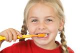 o fetiţă periajul dinţilor