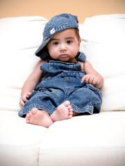 bambino in jeans