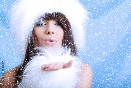 Zima dziewczyna z śnieżnym płatkiem, błękitny tło
