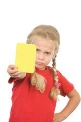 ein kleines mädchen zeigt die gelbe karte