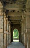 trecerea de coloane ale monumentului Qutub Minar, Delhi