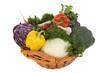 Frisches Gemüse im Korb, vor weissem Hintergrund