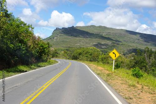 Route avec virage dans la montagne brésilienne,.