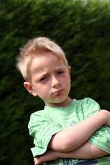 Enfant boude les bras croisés