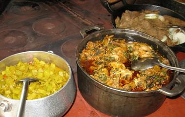 Plats cuisinés en sauce dans des casseroles.