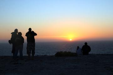 frente a la puesta de sol