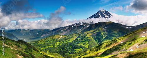 Panorama górska z wygasłym wulkanem