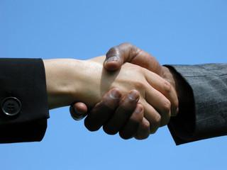 Handschlag vor blauem Himmel
