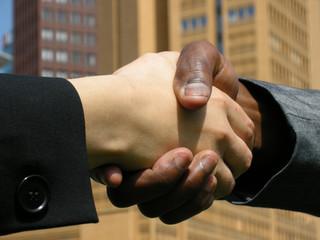 Handschlag vor Geschäftsgebäude