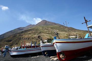 Barques devant le Stromboli