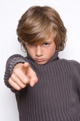 pointer montrer doigt enfant garçon toi regarder direction accus
