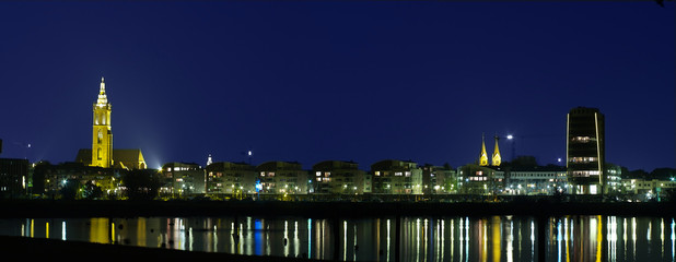 Roermond bei Nacht breites Panorama